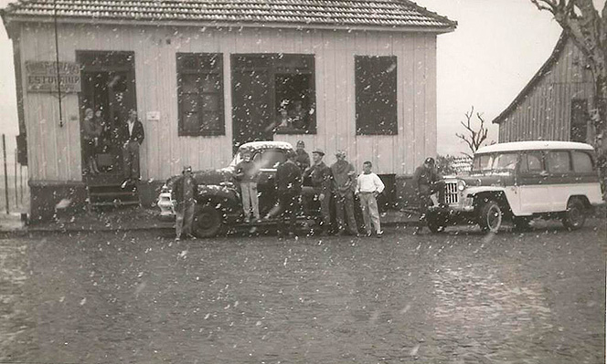 Foto antiga da estofaria Konig Treter na fundação